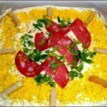 Салат «Обжорка с колбаской»