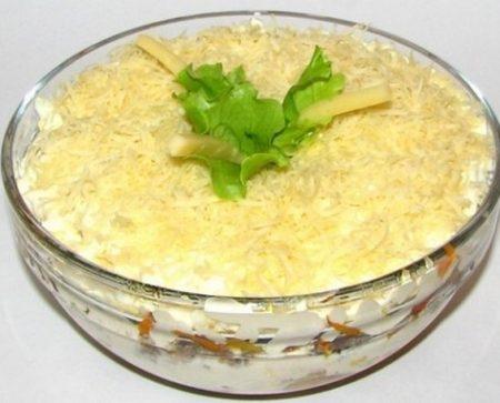 Рождественский салат из вареной рыбы с грибами