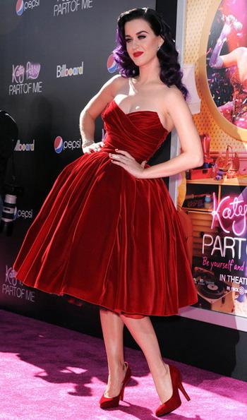 Современные модницы на сегодняшний день словно вернулись в 50-е года, они надели платья в стиле 50-х годов. Благодаря таким платьям женщина выглядит