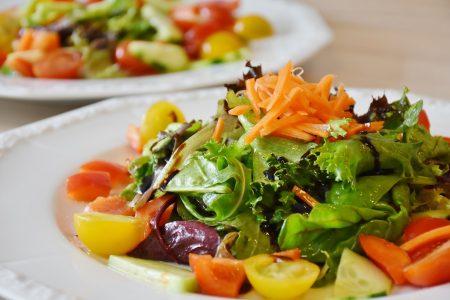 витаминный салат из овощей и зелени
