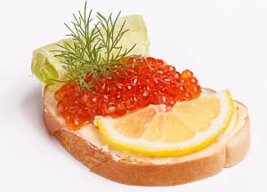 Вкусные бутерброды с красной икрой