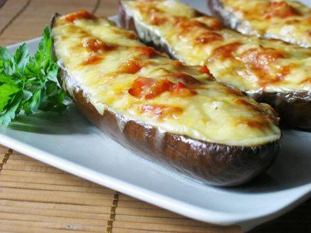 Ароматные баклажаны-лодочки в духовке с помидорами и сыром