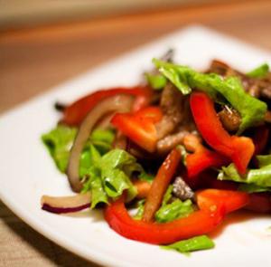 salat_s_govjadinoj_i_ovoshami