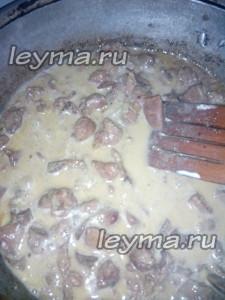 Куриная печень со сметаной и луком