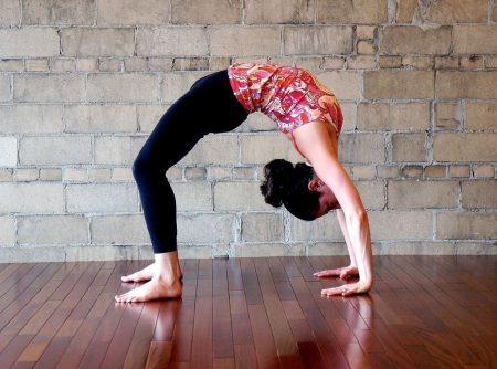 йога упражнение мостик