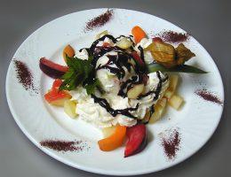 фруктовый салат с шоколадным соусом